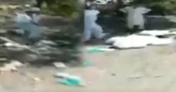 پشاور میں کرونا حفاظتی کٹس سڑک پر پھینک دی گئیں، بچوں نے استعمال شدہ سوٹ پہن لئے، انتظامیہ کی غفلت بڑی تباہی کا باعث بن سکتی ہے