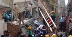 کراچی میں دو رہائشی عمارتیں گر گئیں