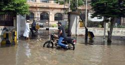ملک کے سب سے بڑے شہرمیں بارش شہریوں کیلئے  مصیبت بن گئی، شاہراہیں زیرآب، پانی گھروں میں داخل