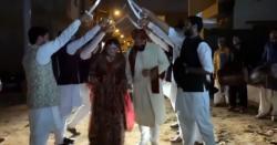 پاکستانی جوڑے کاقائی قبیلے کے انداز میں استقبال