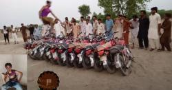 بھکر کے جوان نے11 موٹر سائیکلوں پر سے  کودنے والے نوجوان آصف کا بھی ریکارڈ توڑ دیا کتنی موٹر سائیکلوںکو بغیر چھوئے پارکر گیا