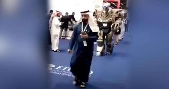 عرب ملک کے حکمران کاانسانوں سے اعتباراٹھ گیا حفاظت کے لیے طویل القامت روبوٹ تعینات،ویڈیووائرل