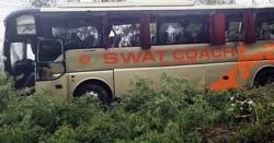 انڈس ہائی وے پرمسافر کوچ حادثے کا شکار، 25 افراد زخمی