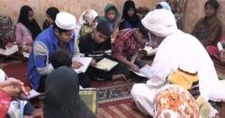خواجہ سرا بچوں کوقرآن پاک کی تعلیم دینے لگا