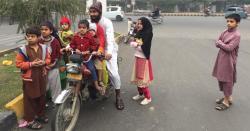 ایک شخص کی موٹرسائیکل پر9 بچوں کے ساتھ سیر،ٹریفک پولیس بھی ایکشن میں