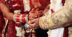 شادی کی پہلی رات خاوند کمرے میں داخل ہوا اور کمرے کا دروازہ بند کر کے بیوی کے قریب آ کر بیٹھ گیا