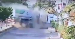 کراچی میں آئل ٹینکر نے تباہی مچادی۔۔آئل ٹینکر گھر میں گھنسے کی ویڈیو منظرعام پر۔۔۔