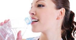 رات کو سونے سے قبل کتنا پانی پینا چاہیے؟ماہرین صحت نے بتادیا
