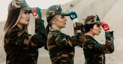 پاکستان ،ترکی اورآذربائیجان کے جھنڈے ہاتھ پربنائے کھڑی یہ تین لڑکیاں کون ہیں؟