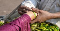 کیا خواتین کاغیر مردوں کے ہاتھوں سے چوڑیاں  پہننا جائز ہے،شریعت کیاکہتی ہے؟جانیں