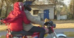 پاکستان میں عورتیں موٹر سائیکل پر اس طرح کیوں بیٹھتی ہیں؟ جانیں