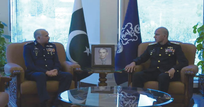 سربراہ پاک فضائیہ مجاہد انور کی نیول چیف امجد خان سے الوادعی ملاقات