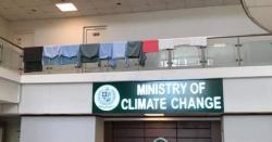 یوم مزدور، نامعلوم افراد نے وزارت موسمیاتی  تبدیلی کے دروازے پر کپڑے کیوں لٹکائے؟