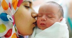 کیا عورت بچے کے کان میں اذان دے سکتی ہے؟جانیں شرعی مسئلہ