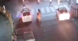 اشارہ کھلا ہونے پر ایک تو غلط سڑک پار کی ، ڈرائیور نے بریک لگا کر بچایا تو الٹا اسی پر الزام لگا دیا