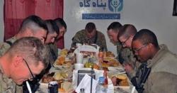 پاکستان میں امریکی فوجی ۔۔ کھانا کھاتے ہوئے تصویر  سوشل میڈیا پر وائرل